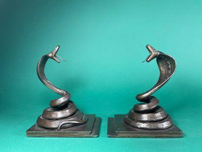 Edgar BRANDT (1880-1960) Cobras dressés Paire...
