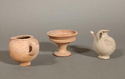 Lot comprenant une coupelle à piédouche, une jarre miniature à deux anses et un...