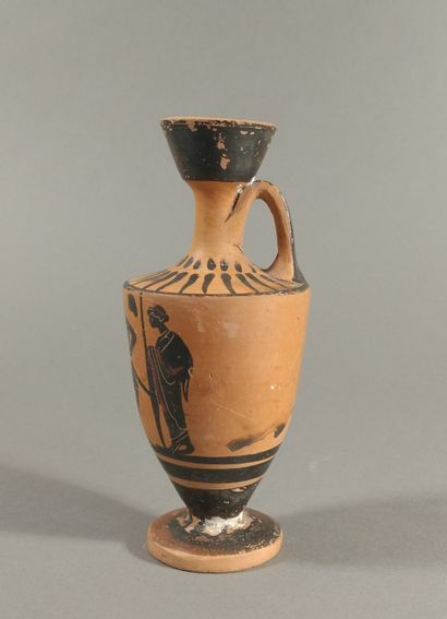 Lécythe à figures noires représentant un hoplite entre deux hommes debout, drapés...