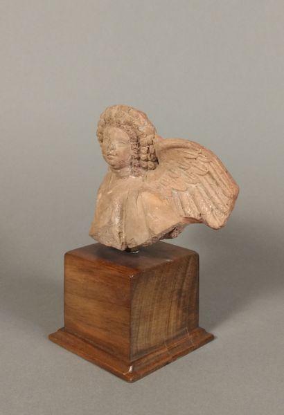 Buste représentant Eros drapé, coiffée d une double couronne de fruits.  Terre cuite...