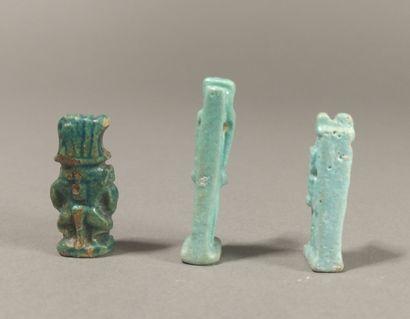 Lot de cinq amulettes comprenant un dieu Bès, un babouin Thot marchant, deux figurines...