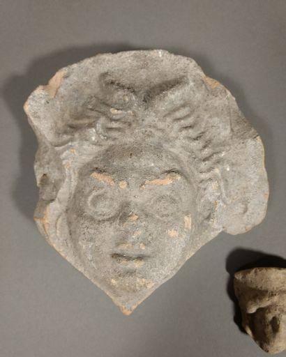Lot de trois têtes comprenant une antéfixe ornée d une tête de faune, et deux têtes...