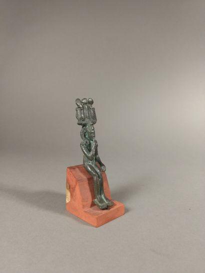Statuette représentant Harpocrate coiffé de la mèche de l enfance, du némès et de...