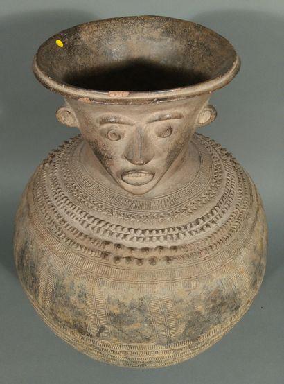 Jar anthropomorphe, Nigéria  Terre cuite...