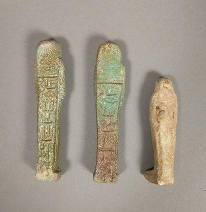 Lot comprenant deux oushebtis portant une inscription hiéroglyphique sur une colonne...