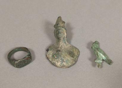 Lot comprenant une bague à chaton ovale, une statuette d Horus au faucon coiffée...