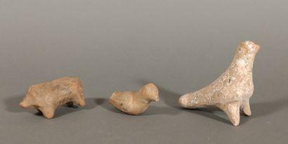 Lot de statuettes zoomorphes (une colombe, un cochon, un oiseau).  Terre cuite beige....