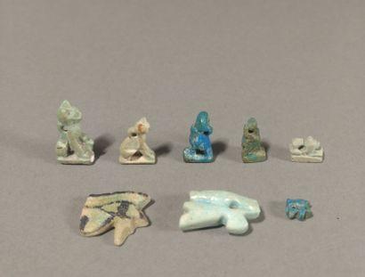 Lot d amulettes comprenant deux yeux Oudjat, deux chattes Bastet assises, une couronne...