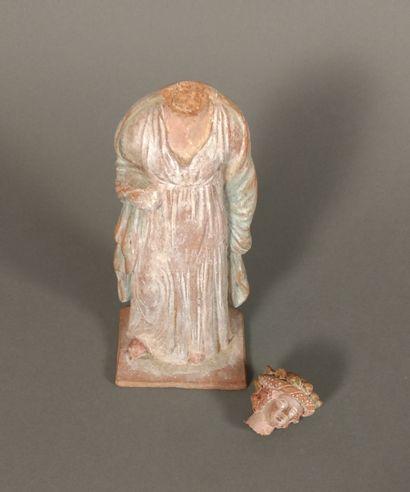 Figurine péplophore portant un manteau sur...
