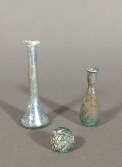 Lot comprenant un vase à panse moulée (col manquant) et deux balsamaires dont un...