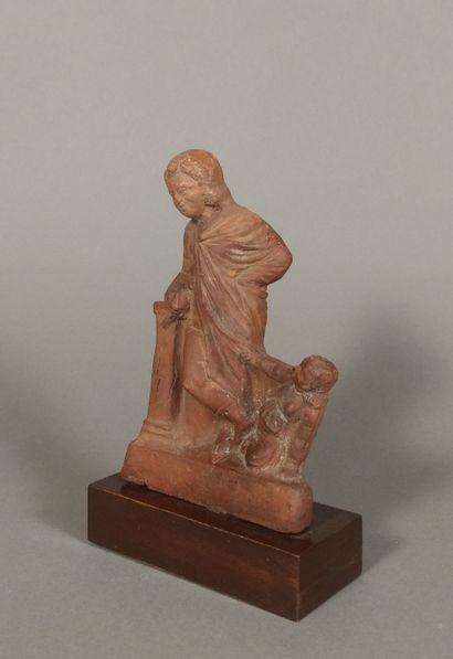 Figurine de jeune homme drapé, accoudé à une colonne.  Il tient une colombe et se...