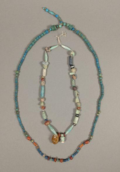 Lot de deux colliers composés de perles.  Faïence bleu turquoise, en cornaline et...