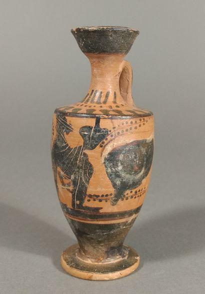 Lécythe à figure noire représentant Dionysos assis entre une paire d yeux.  Terre...