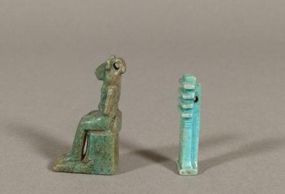 Lot comprenant une amulette représentant Sekhmet assise et une amulette représentant...