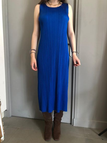 PLEATS PLEASE BY ISSEY MIYAKE Une robe plissée...