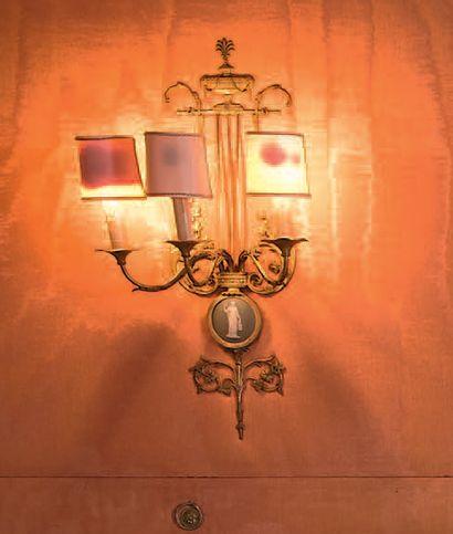 Suite de quatre appliques à trois lumières...