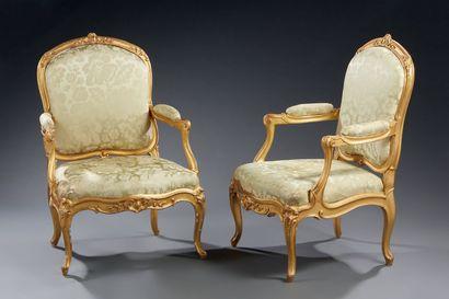 Paire de larges fauteuils à châssis à dossier...