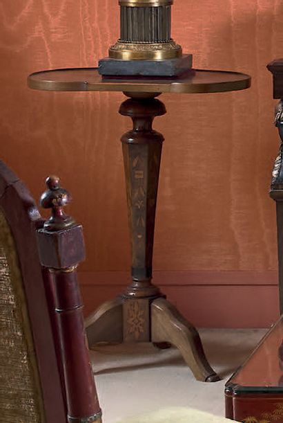Paire de sellettes de forme rognon, les plateaux...