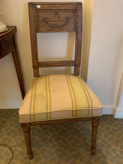 Paire de petites chaises en hêtre mouluré...