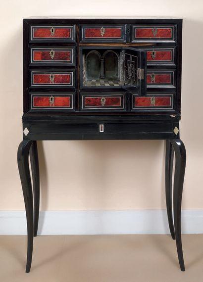 Petit cabinet en placage de bois noirci à...