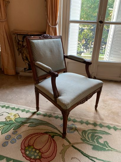 Deux fauteuils en hêtre ou orme à dossier...