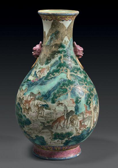 CHINE - Époque JIAQING (1796-1820) / DAOGUANG (1821-1850) Vase de forme bouteille...