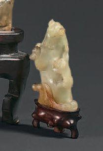 CHINE - XIXe siècle Quatre petites statuettes en néphrite verte, rouille et grise...