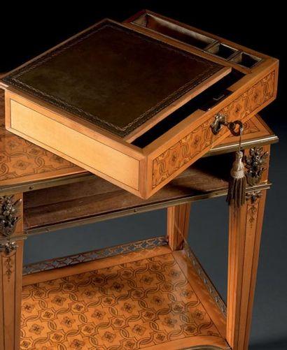 RARE PETITE TABLE DE SALON à toutes faces, en placage de buis marqueté de quartefeuilles,...