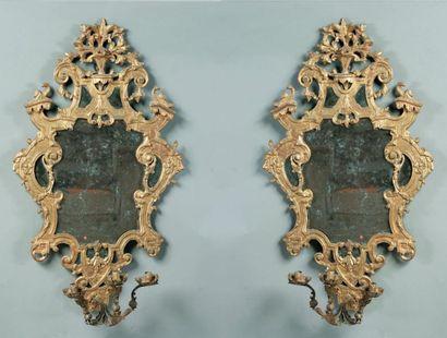 PAIRE D'APPLIQUES à trois lumières, formant miroir, en bois sculpté et doré, à décor...