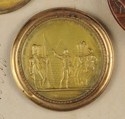 Médaille en cuivre doré estampé en relief du Général Bonaparte présentant les pyramides...