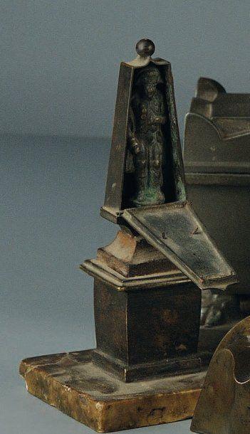 Petit obélisque en bronze renfermant une...
