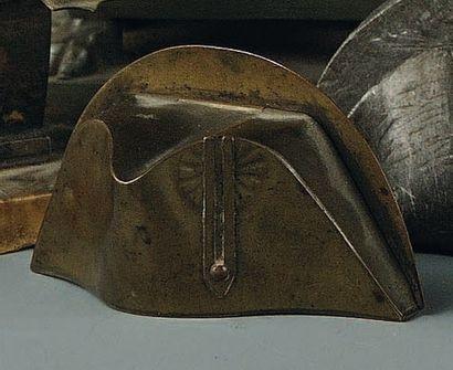 Tabatière petit chapeau en cuivre, Retour des Cendres. Tabatière ayant la forme...