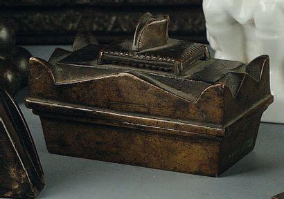 Tombeau en bronze avec à l'intérieur une...