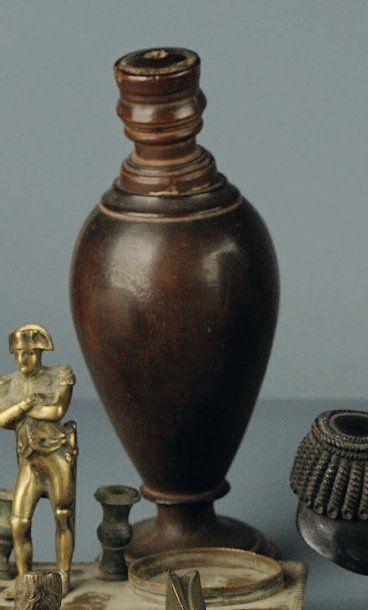 Petite urne en bois donnant en silhouette...