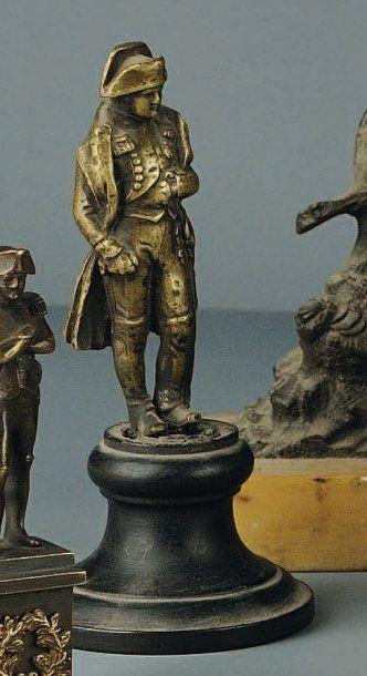 Statuette en laiton de Napoléon en redingote...