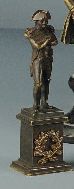 Statuette en bronze de Napoléon en redingote,...