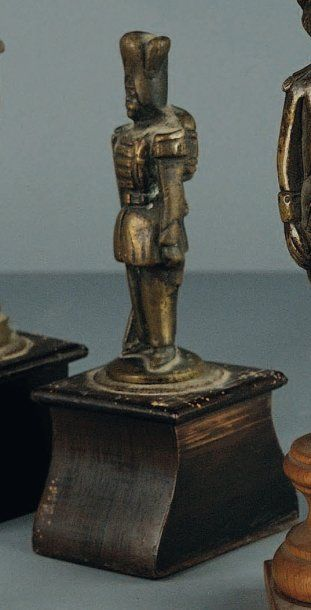 Statuette en bronze représentant un Grenadier...