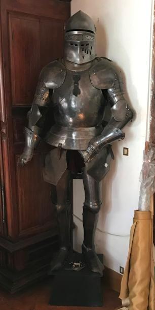 Armure en pied de style XVIè siècle. Armet....
