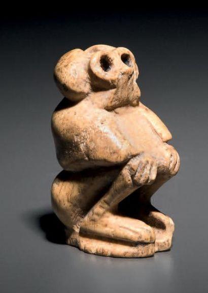 Statuette représentant un babouin assis,...
