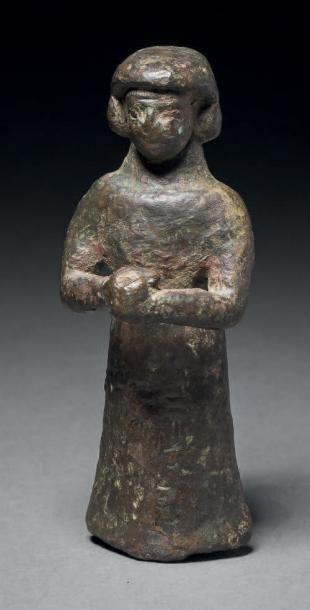 Statuette votive représentant une femme vêtue...
