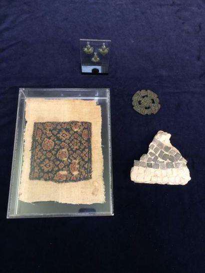 Lot composé d'un fragment de textile copte,...