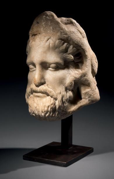 Tête d'Hercule. Le héros est représenté barbu, les traits fortement marqués, les...
