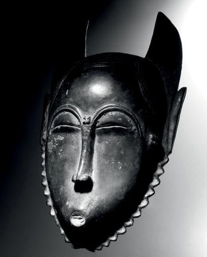 Masque Yaouré-Baoulé, République de Côte d'Ivoire Bois à patine brun foncé, clous...