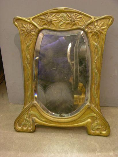 Miroir en bronze Art nouveau à décor floral....
