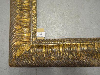 CADRE en bois mouluré et stuc doré à la mecca à décor de feuilles stylisées. Naples,...