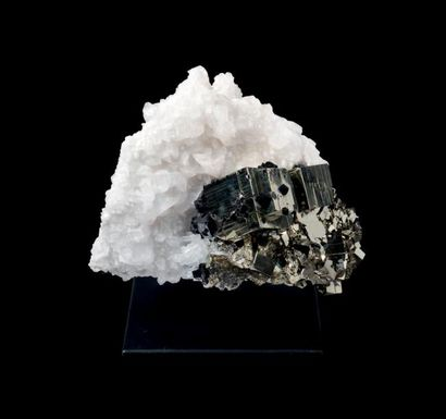 Pyrite Pérou H. 26 cm - L. 28 cm Un phénomène...