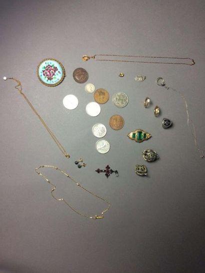 Lot de bijoux fantaisie et pièces (croix...