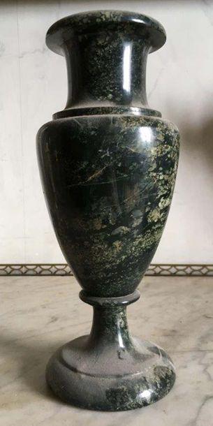 Vase de forme balustre en marbre vert Travail...