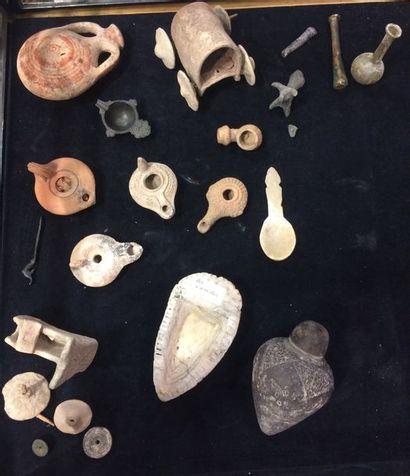 Lots d'éléments archéologiques comprenant...