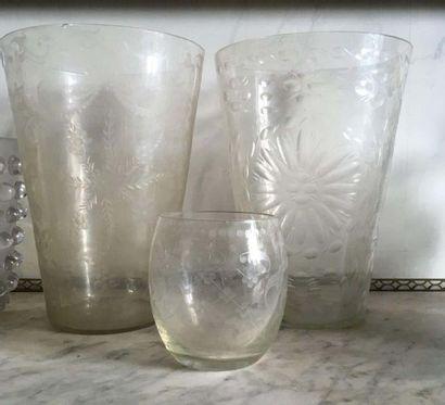Deux grands vases cornets en cristal de Bohème...